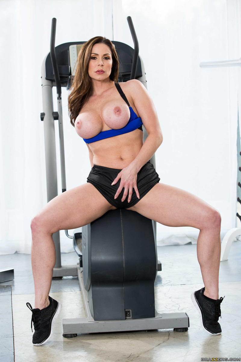 sporty mature babe kendra lust strips in the gym (2 / 15)