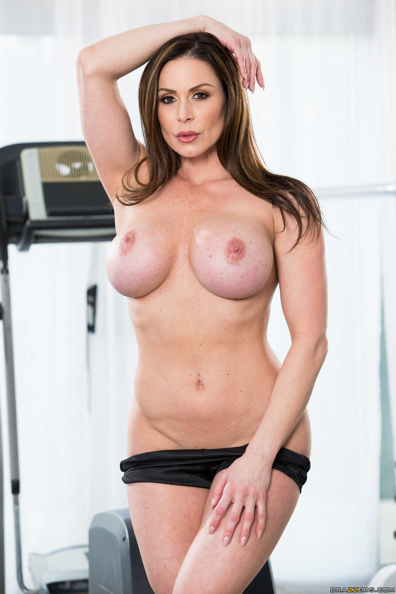 sporty mature babe kendra lust strips in the gym (5 / 15)