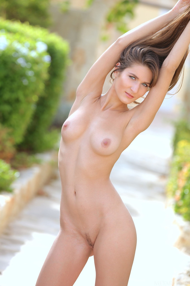 Beautiful Girl Elina Having Some Naked Fun Outside (20/21)