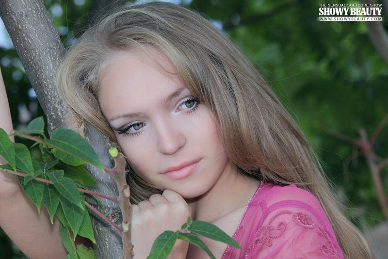 Alexxa Beautiful Girl Posing Nude Outdoors (4/18)
