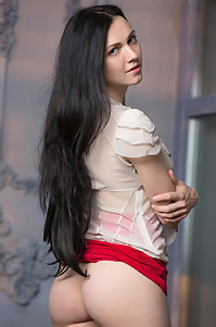 Black Haired Beauty Spreads Her Thighs